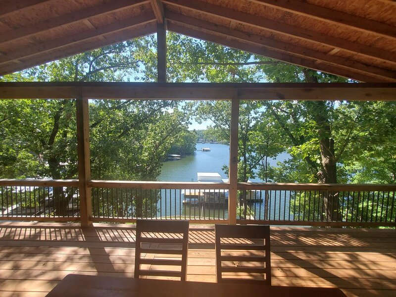 Ideal Location 2MM, Lakefront 4 BR House featuring Covered Decks & Private Dock, alquiler de vacaciones en Lake Ozark