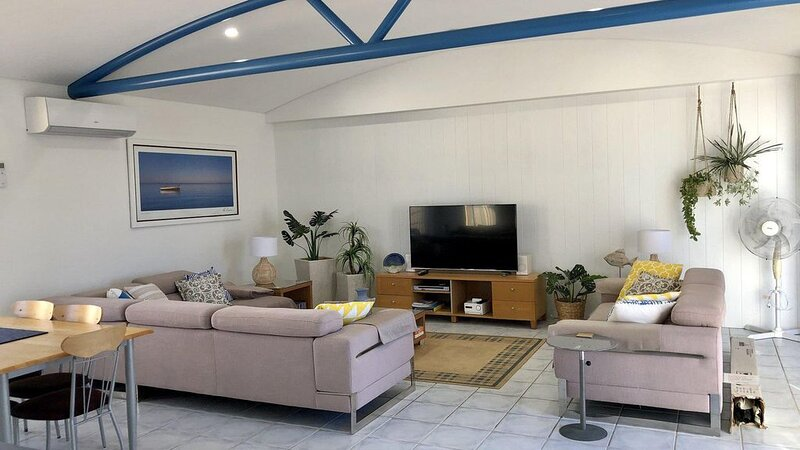 Less than a minute walk to the infamous Fingal Bay beach, vacation rental in Fingal Bay