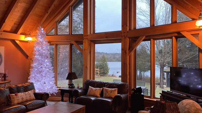 Beautiful Winter getaway * Hot Tub * Fireplace, holiday rental in Algonquin Provincial Park