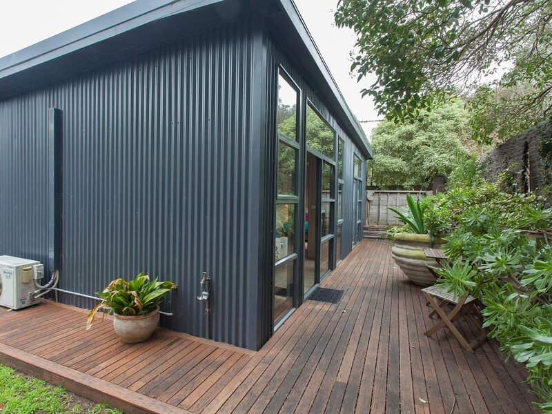 The Love Shack: romantic bungalow - Romantic, private bungalow, walk to Blairgow, holiday rental in Blairgowrie