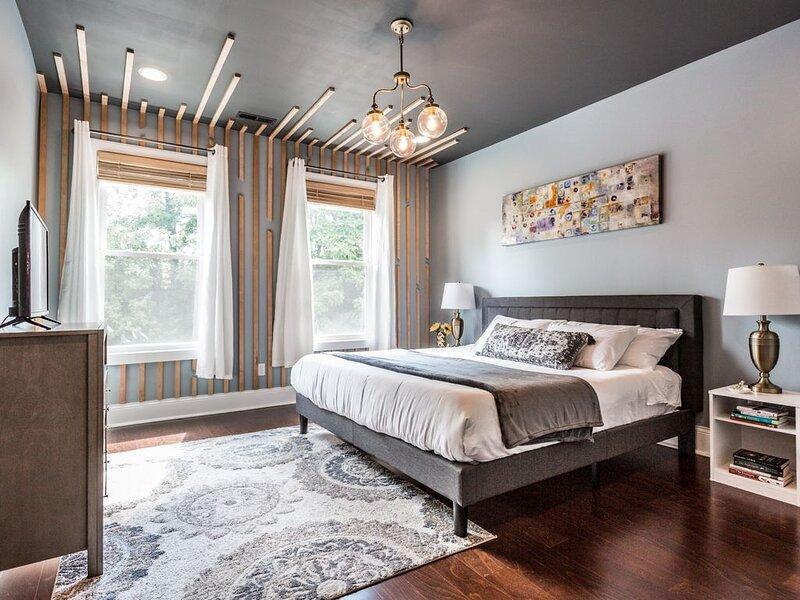 Spacious 5 Bedroom HGTV Duplex - Sleeps 14, holiday rental in Greenwood