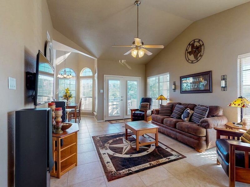Large & Comfortable Family Room w/Vaulted Ceilings