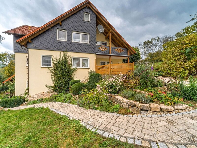 Cosy holiday home at the edge of town with a balcony and large garden, vacation rental in Sonneberg