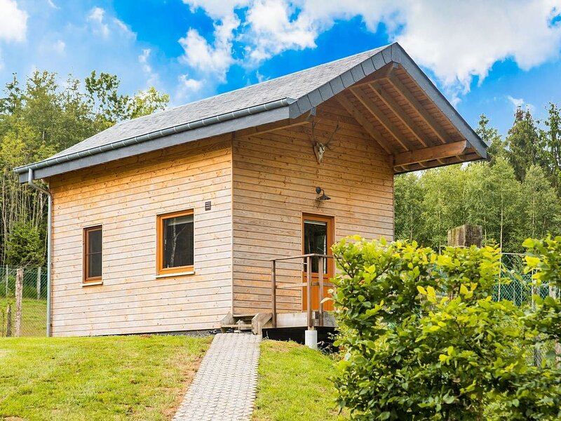 Quaint Chalet in Rogery with Garden, Terrace and Barbecue, holiday rental in Commanster