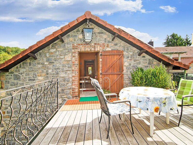 Enjoy a relaxing break for two and discover Durbuy and the Caves of Hotton, location de vacances à Erezee