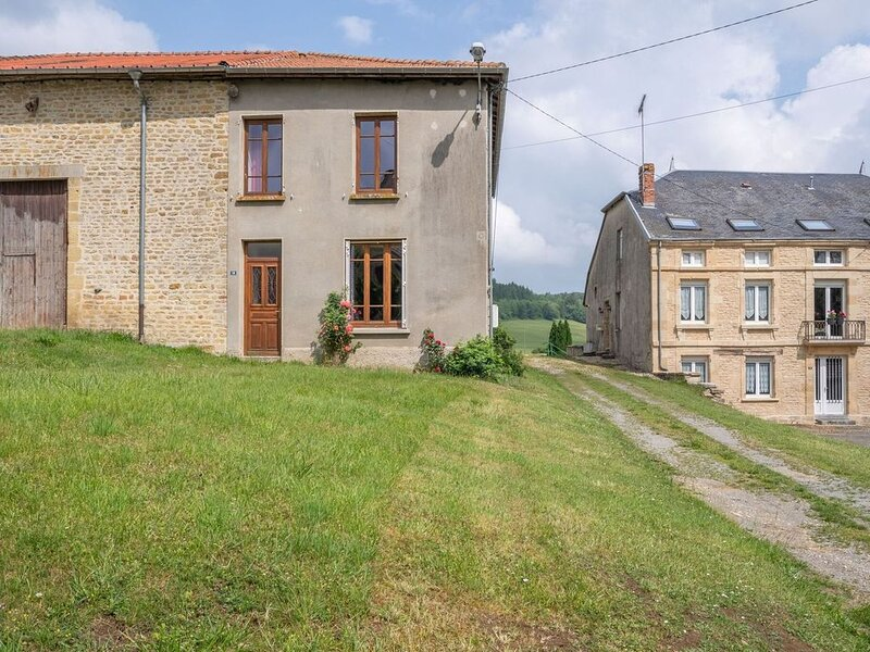 Vintage Holiday Home with Private Garden in Nouart, holiday rental in Nouart