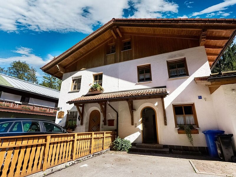 Apartment in Berchtesgadener Land with balcony and a view of the Watzmann, vakantiewoning in Hallein