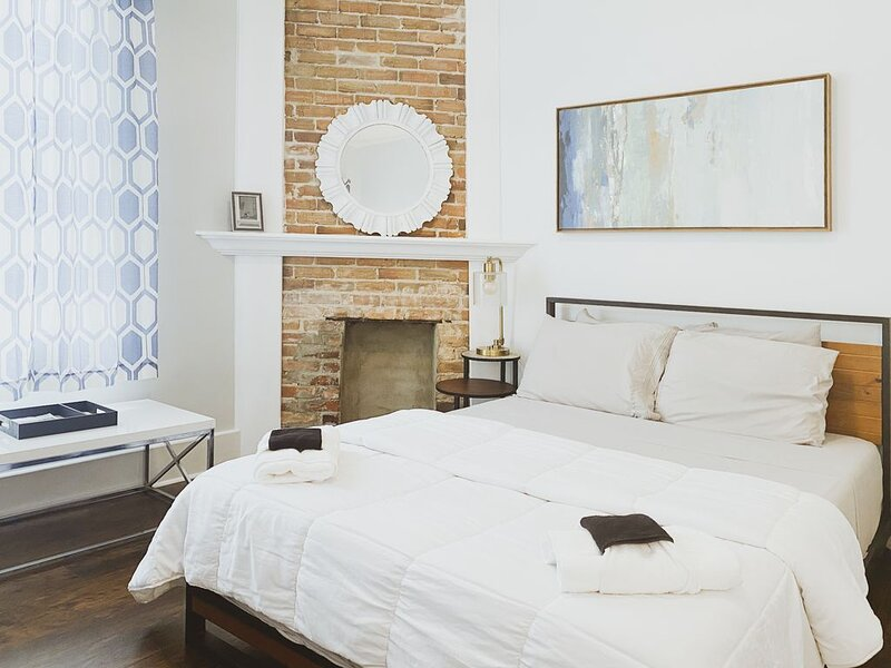 Spacious Historic Home Minutes from Downtown, holiday rental in Georgetown