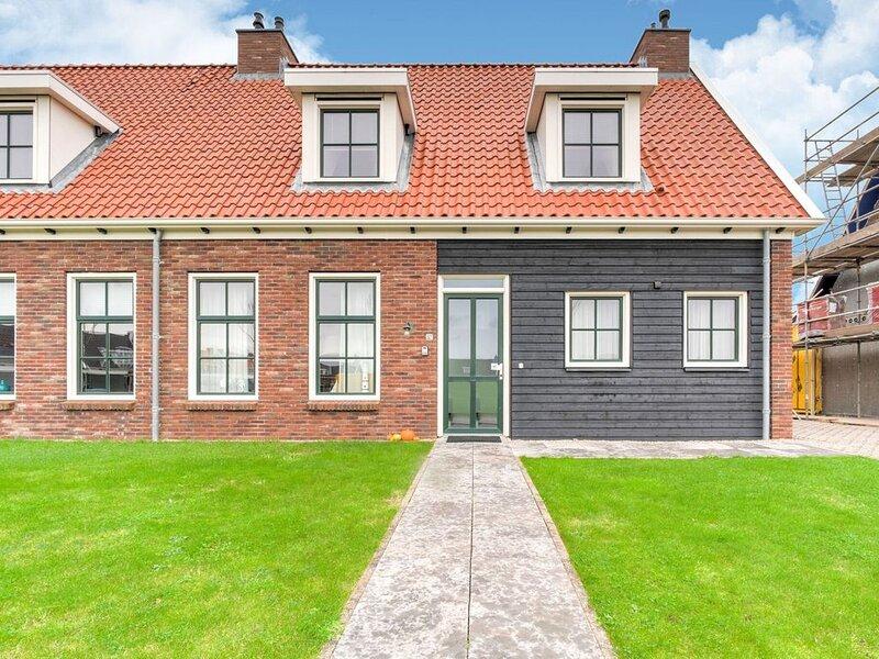 Vintage Holiday Home in Colijnsplaat near Forest, vacation rental in Wolphaartsdijk
