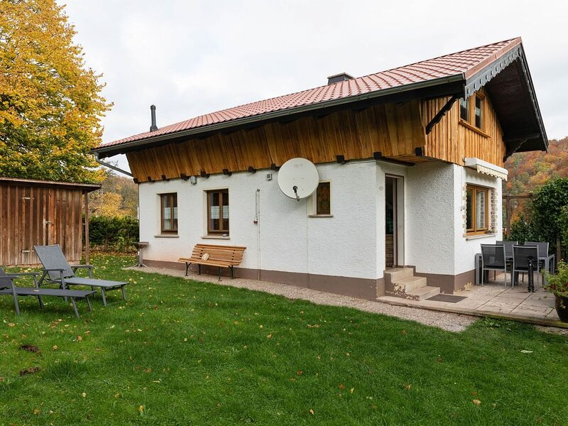 Holiday home in the Thuringian Forest with tiled stove, fenced garden and terrac, casa vacanza a Hoerselberg-Hainich