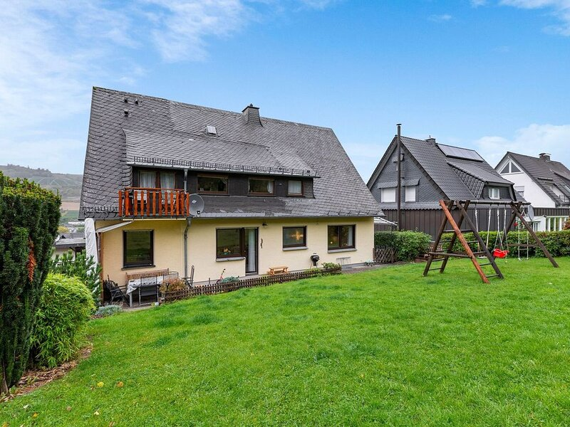 Holiday home at the edge of the forest with walking trails starting by the fron, vacation rental in Meschede