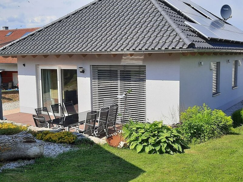 Detached holiday home in an idyllic, quiet location with terrace and garden, location de vacances à Upper Palatinate