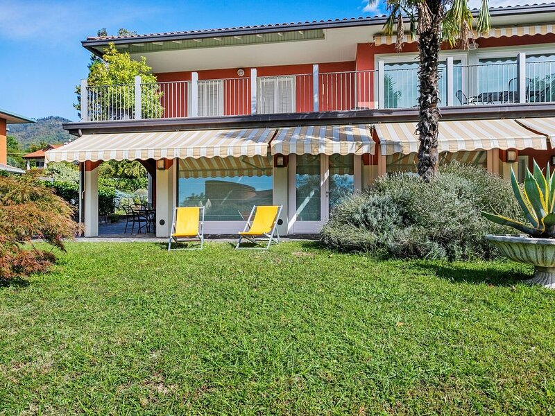 Nice apartment in a villa with three apartments, with private porch and garden, vacation rental in Orino