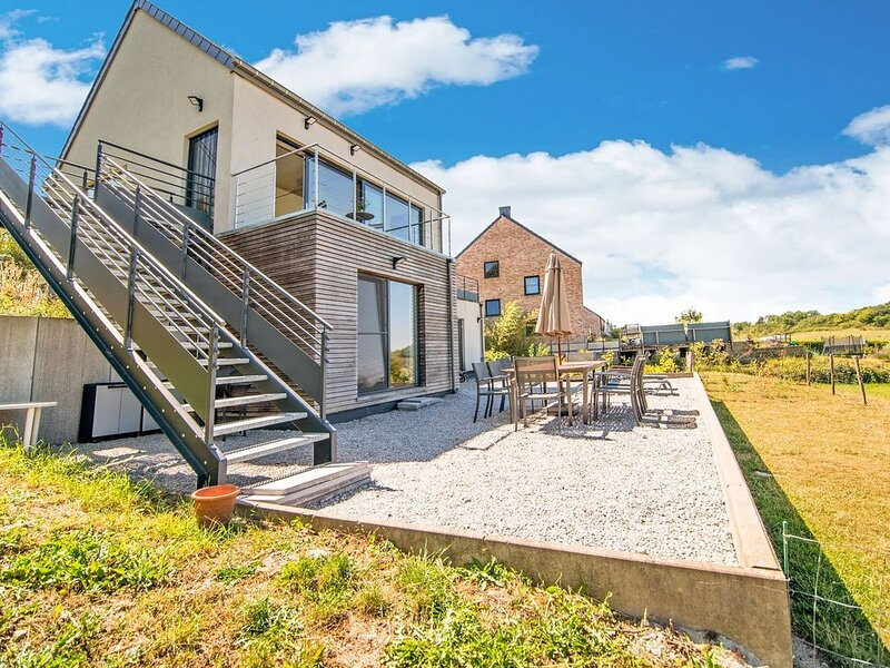 Brand new villa with phenomenal view, two terraces and very large garden, location de vacances à Couvin
