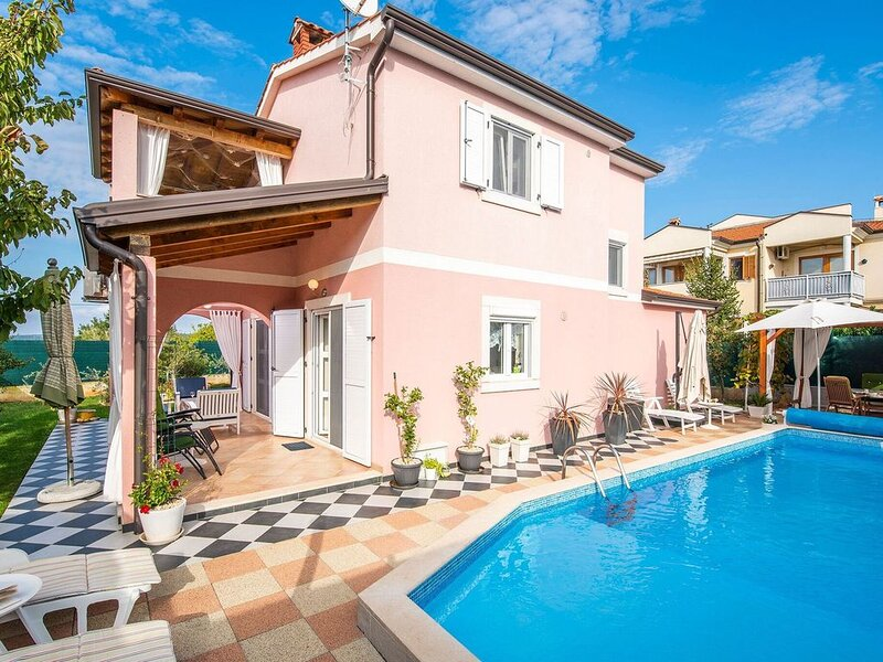 Warm, family-friendly house only a step from gorgeous beaches, aluguéis de temporada em Porec