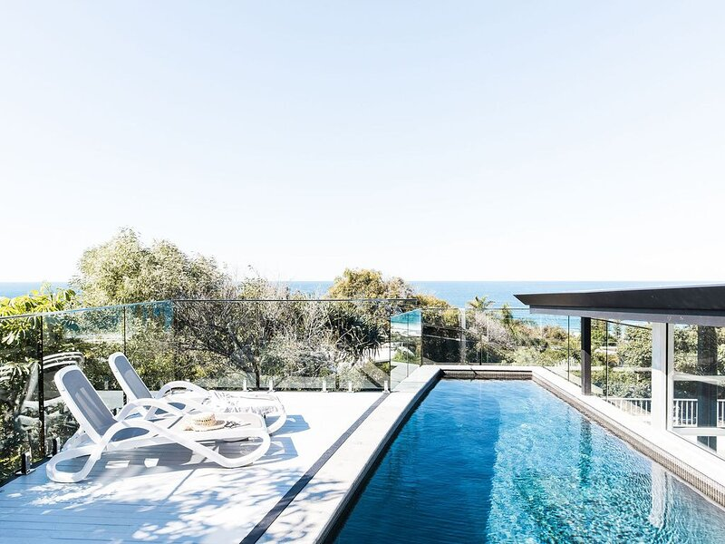 Designer beach house - 4 bedrooms, pool, decks and stunning ocean views!, alquiler vacacional en Sunrise Beach