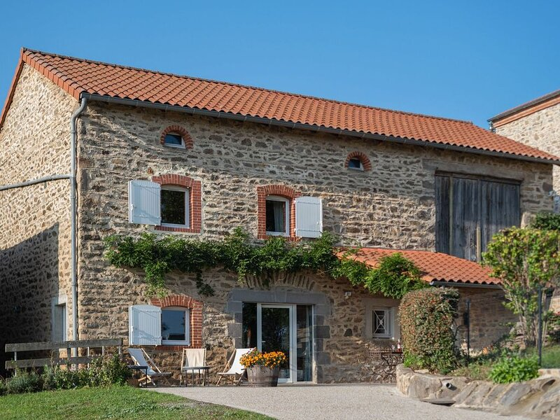 Holiday Home in Saint-Beauzire with Garden, Roofed Terrace – semesterbostad i Ferrieres-Saint-Mary