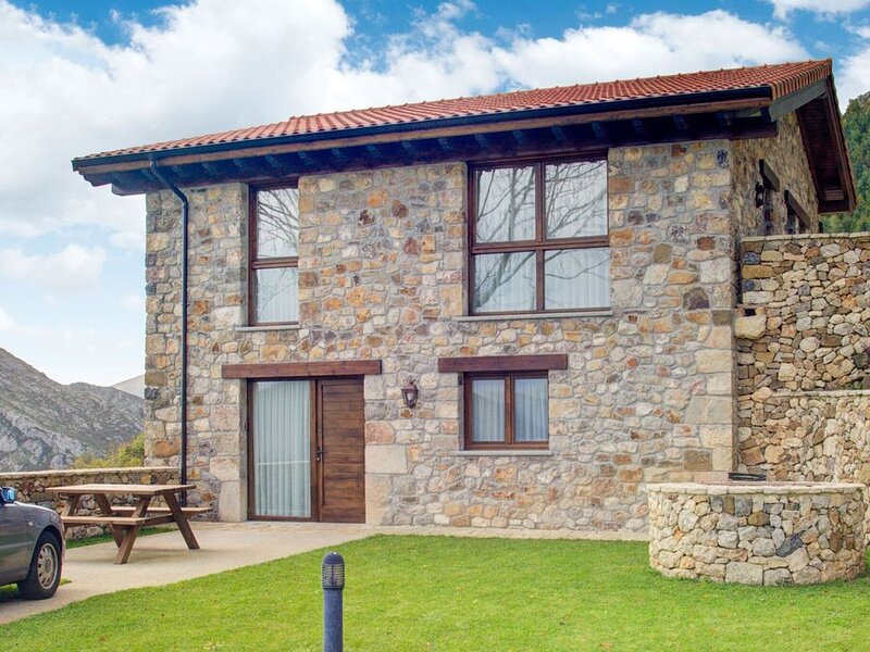 Luxurious Mansion in Cangas de Onís with Meadow View, holiday rental in Parres Municipality