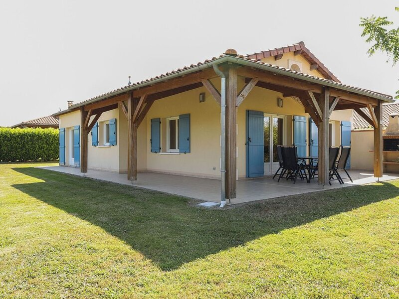 Serene Villa in Les Forges with Swimming Pool, vacation rental in Benassay