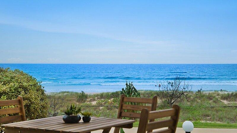 Tahnee Court Unit 3- Absolute beachfront apartment in Bilinga, vacation rental in Bilinga
