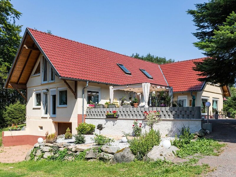 Mountain-view Apartment in Kurort Brotterode with Garden, holiday rental in Schmerbach