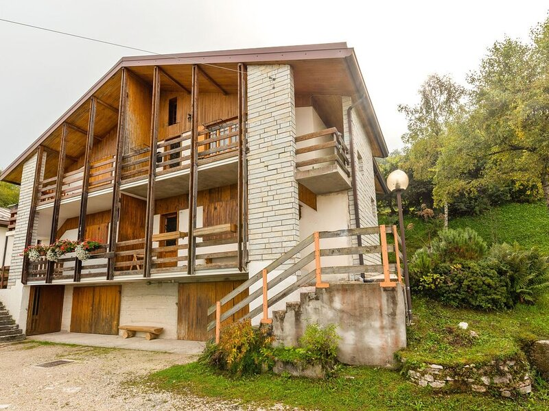 Stunning Chalet in Veneto near Ski Lift, location de vacances à Barcis