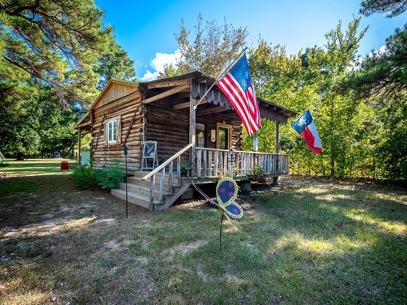 Log Cabin - TINY HOUSE on acreage, holiday rental in Plantersville