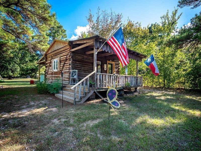 Log Cabin - TINY HOUSE on acreage, casa vacanza a Magnolia