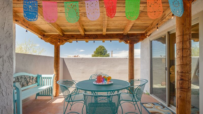 Lobo House - Colorful Mexican decor best describes this wonderful property !!, alquiler de vacaciones en Edgewood