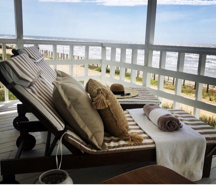 Salt Air Cottage: Beachfront Charming & Luxe home!, holiday rental in Galveston Island