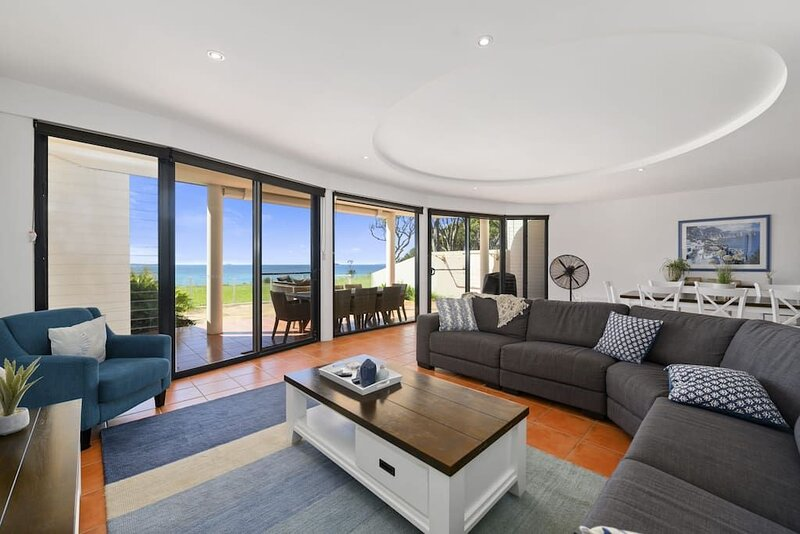 Villa Provence Coffs Harbour 5 bedrooms, stunning views, short stroll to the bea, aluguéis de temporada em Moonee Beach
