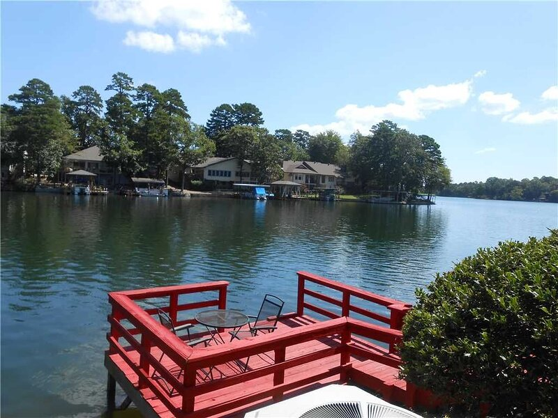 LAKEFRONT TOWNHOME LOCATED ON LAKE DESOTO IN MADRID COURTS - $120 PER NIGHT - NO, vacation rental in Hot Springs Village