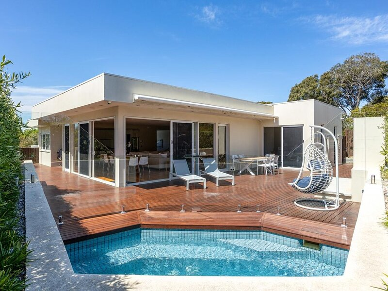 The Sanctuary: hot spa + linen - Plunge pool/spa and walking distance to front b, holiday rental in Blairgowrie
