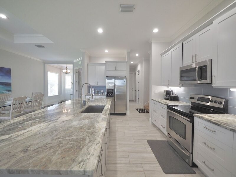 Naples Luxury Beach House - 4 Bedroom Plus Sleeping Den - Private Pool and Spa, holiday rental in Naples Park