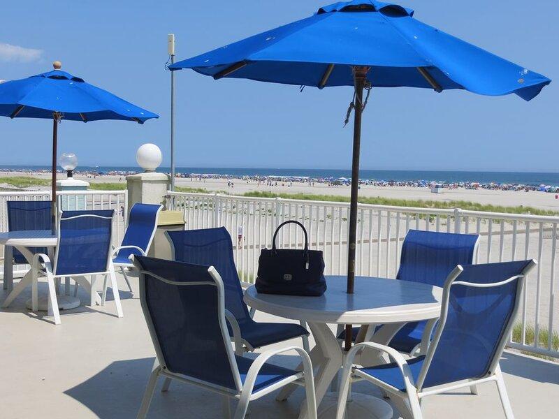 Oceanfront Beauty 2BR 2BA W/Deck * 2 Heated Pools * Elev * Decks * Grills, vakantiewoning in Wildwood Crest