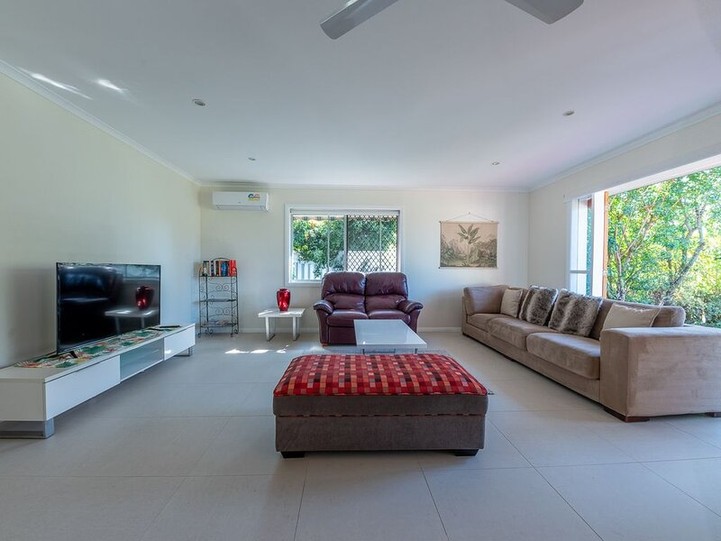 Burleigh Beauty! 4br 2bathroom Pool, location de vacances à Varsity Lakes