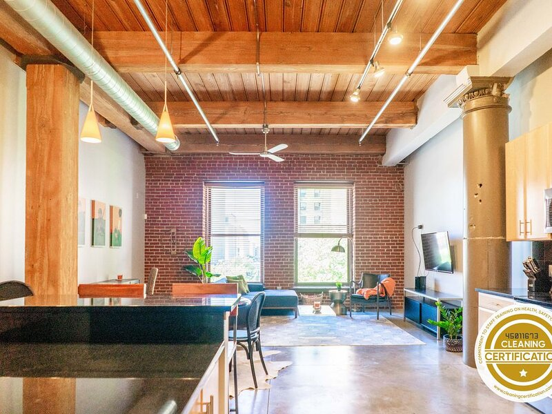 Freshly Designed 2BR/2BA Loft in the Heart of St. Louis // ABODEbucks, vacation rental in Collinsville