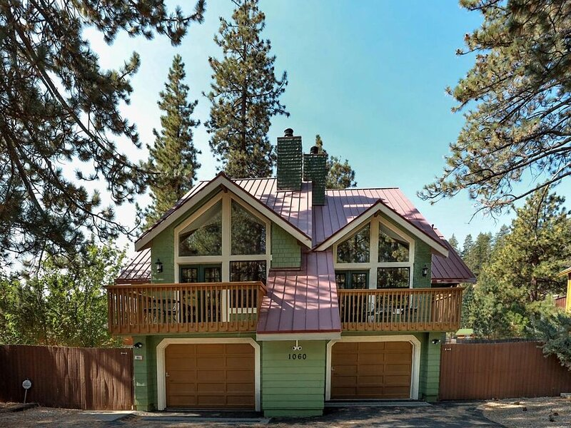 Fawnskin Chalet Spacious 4 BR / Hot Tub / Pool Table, vacation rental in Lucerne Valley