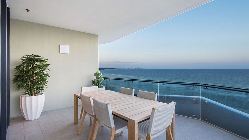 Iconic Unit 1504 Luxury 2 bedroom apartment with ocean views, holiday rental in Coolangatta
