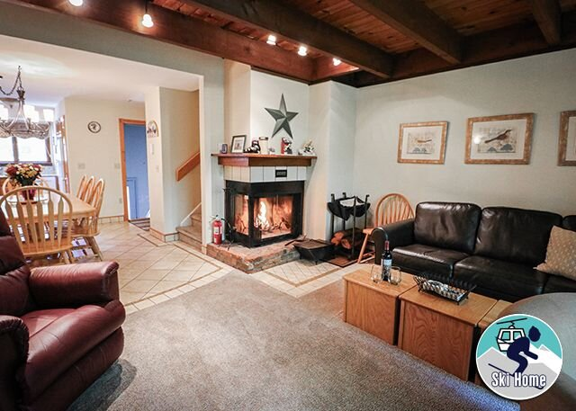 Cozy two bedroom Edgemont A2 condo on the shuttle route & ski back trail, location de vacances à Killington