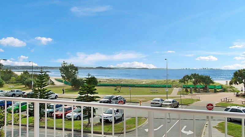 Beach Lodge Unit 9 Beachfront unit in  Coolangatta with balcony with ocean views, location de vacances à Fingal Head