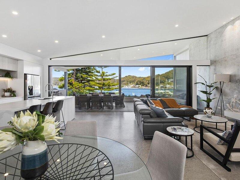 Booker Seaside - Luxury top level waterfront villa – semesterbostad i Woy Woy