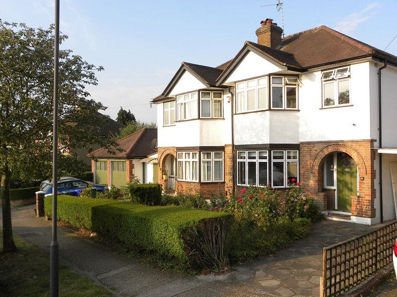Pets welcome at family home with piano and lovely garden with parking for two., aluguéis de temporada em Bushey