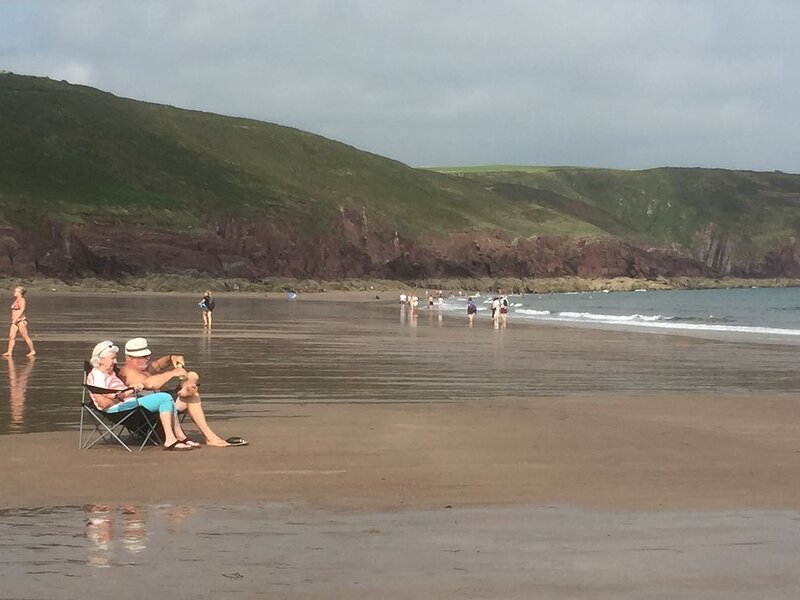 Heulwen 'Sunshine' Beach Chalet, Pembrokeshire Coastal Path, holiday rental in Stackpole