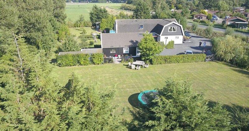 Prachtige vakantiewoning met vrij uitzicht gelegen  aan de Westriesedijk, aluguéis de temporada em Warmenhuizen