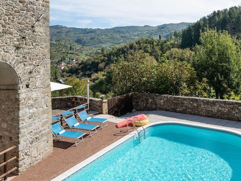 Beautiful Holiday Home in Casola in Lunigiana with Terrace, holiday rental in Pugliano