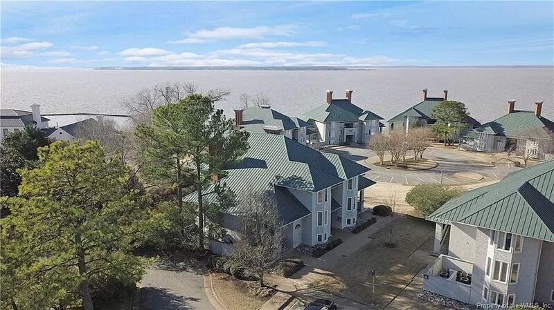 Water-view in Kingsmill, 10 minutes to Busch Gardens & Colonial Williamsburg!, location de vacances à Yorktown