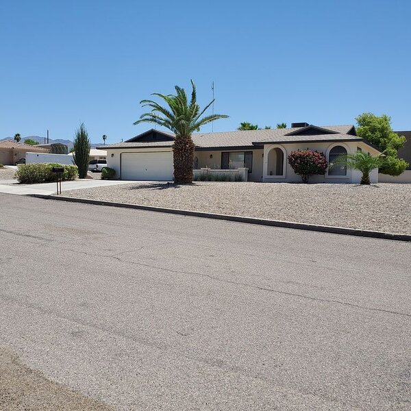 3 Bed/ 2 Bath Lake Home close to all!  Monthly winter rates available., holiday rental in Lake Havasu City