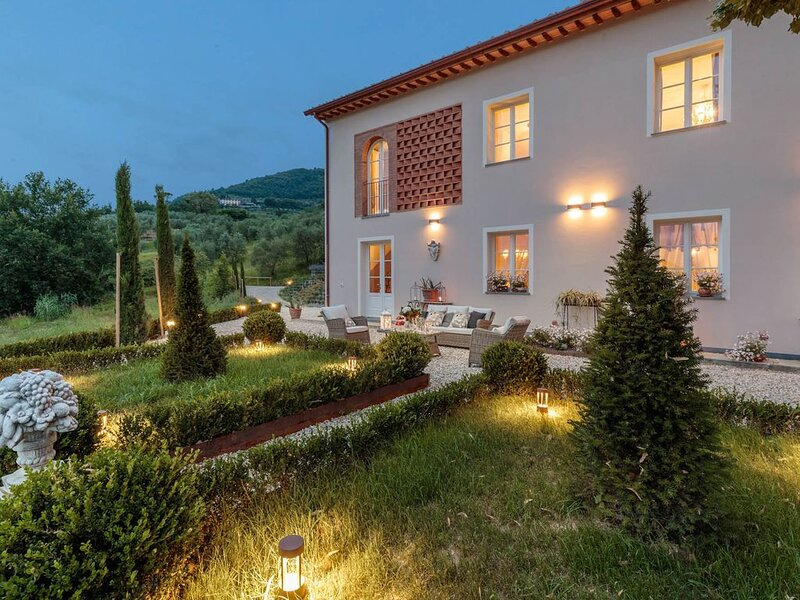 VILLA REGINA, 4 bedrooms and a luxury style among the vineyards by Lucca Town, vacation rental in San Quirico di Moriano