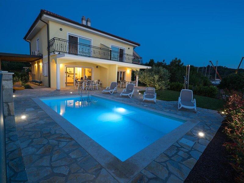 Seafront Villa Claudia with a panoramic Seaview and a swimming pool, aluguéis de temporada em Klimno